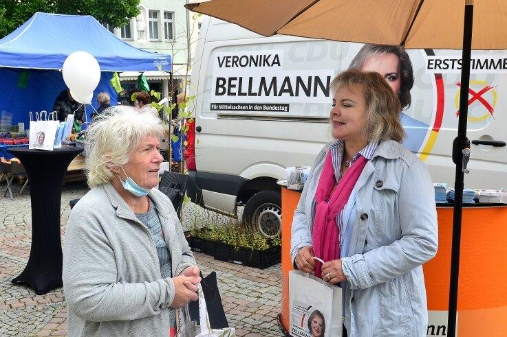 Mit lokalen Problemen ist Veronika Bellmann (CDU) an ihrem Wahlkampfstand auf dem Markt in Mittweida konfrontiert worden. So auch im Gespräch mit Rentnerin Karin Grätz.
