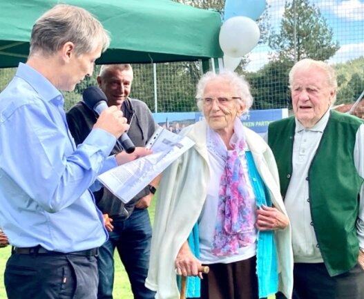Lindenaus Vereinspräsident Ronny Heymann ehrte anlässlich der Weihe des Neubaus auch Erika und Rolf Hofmann. Er ist Gründungsmitglied des Vereins und wurde stets von seiner Ehefrau unterstützt.