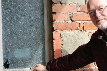 Uwe Unger zeigt, durch welches Fenster die Täter ins Haus gestiegen sind. Es ist das zur Toilette.