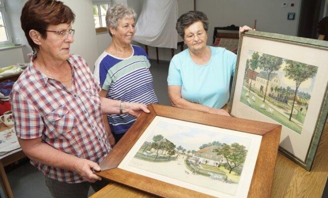 Christa Kolbe - hier gemeinsam mit Roswitha Petzold und Ingeborg Schulz (von links) - bei der Vorbereitung der Ausstellung.