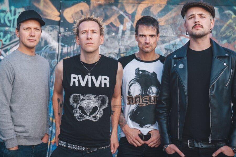 """Die Berliner Punkband ZSK, (von links) Bassist Eike, Sänger Joshi, Drummer Matthias und Gitarrist Ace, gastieren am Freitag im """"Café Taktlos"""". Damit wollen sie den Club unterstützen."""