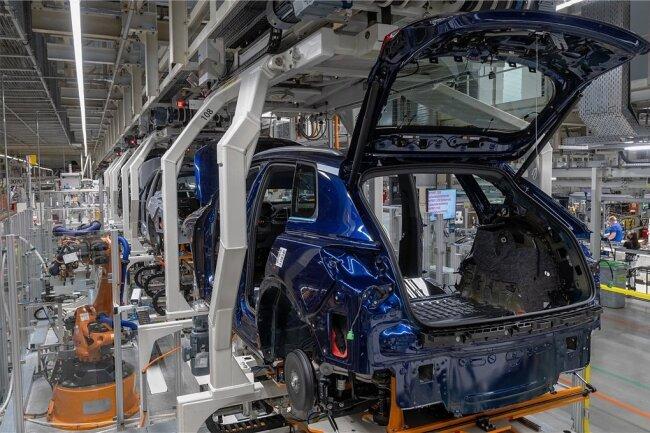 Roboter erledigen im VW-Werk in Zwickau Montagearbeiten an einem Audi Q4 Etron. Das Werk hat als E-Auto-Fertigungsstätte im Unternehmen Vorrang bei der Teileversorgung.