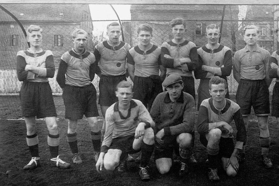 Mannschaftsfoto der Jugendmannschaft des Planitzer SC im Jahr 1936: Walter Fritzsch (stehend 2. v. l.) und Heinz Krügel (kniend, 1. v. l.).