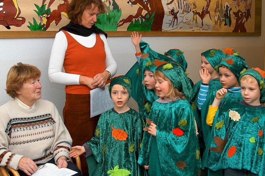 """Das Thema Moosleute hat Helga Pretzsch (links im Bild) schon ihr Leben lang begeistert. Dieses Foto entstand 2007 bei der Aufführung eines Musicals aus ihrer Feder in Kleinrückerswalde - auch bei dieser """"Zeit der tausend Lichter"""" spielten Moosmännlein und -weiblein ein tragende Rolle."""