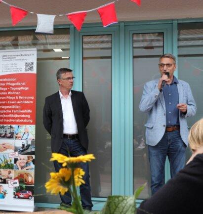 Flöhas Oberbürgermeister Volker Holuscha (r.) und AWO-Geschäftsführer Jörg Lehmann begrüßten die Gäste beim Tag der offenen Tür des Awo-Sozialzentrums in Flöha.