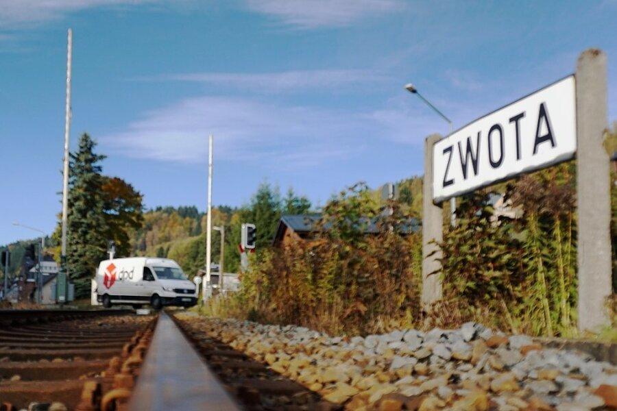 Der Bahnübergang am Haltepunkt Zwota (Foto) wird ab dem morgigen Freitag für knapp eine Woche zur Baustelle. Damit verbunden ist eine Sperrung der Bundesstraße 283. Betroffen ist auch der Busverkehr.