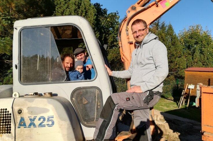 Steffen Walther mit Sohn Patrick und Enkel Oskar sowie Sandro Richter (von links) freuen sich gemeinsam auf den neuen Spielgarten.