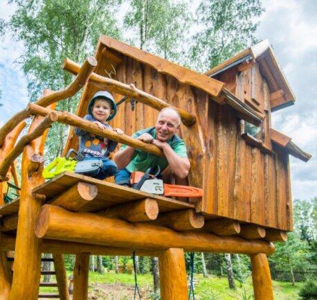 Torsten Richter hat für seinen zweijährigen Enkel Oskar das Baumhaus auf dem Grundstück in Beierfeld gebaut, gemeinsam mit Oskars Vater, Oliver Richter. Erst kürzlich wurden Dach und Geländer vollendet. Wie der Großvater, muss auch der kleine Mann eine Kettensäge haben - natürlich nur als Spielzeug.