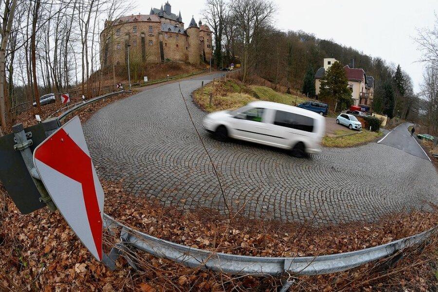 Die Kreisstraße am Burgberg in Kriebstein hat eine Steigung von 24 Prozent. Schon seit Jahren ist unter anderem die Entschärfung dieser Kurve im Gespräch.