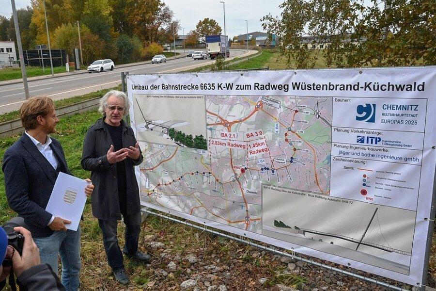 Baubürgermeister Michael Stötzer (links) und Architekt Eckhard Bothe am Standort der künftigen Radwegbrücke über den Autobahnzubringer Kalkstraße.