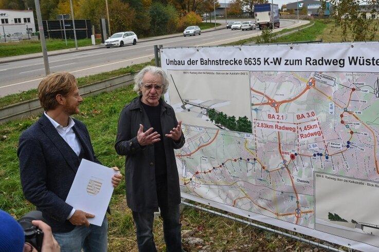Baubürgermeister Michael Stötzer (links) und Brücken-Ingenieur Eckard Bothe am Standort der künftigen Brücke über die Kalkstraße.