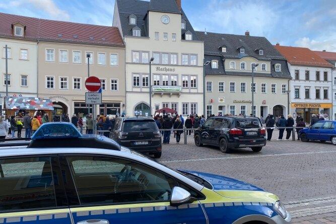 Bewacht von einem großen Polizeiaufgebot ging am Mittwoch in Frankenberg erneut eine Mutmach-Kundgebung über die Bühne.