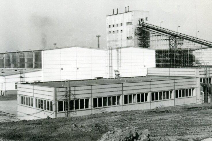 """Das Plattenwerk """"Martin Hoop"""" während der Bauphase Anfang des Jahres 1979."""
