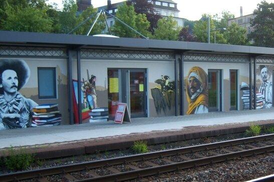 Der mit Karl-May-Motiven verzierte Flachbau ersetzt seit 2007 das alte Bahnhofsgebäude.