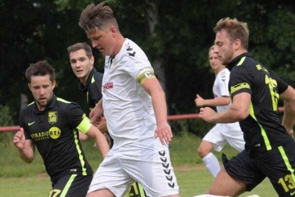 Franco Stopp (am Ball) brachte Schneeberg gegen Rapid Chemnitz per direktem Freistoß in Führung. Dennoch unterlag die Concordia.