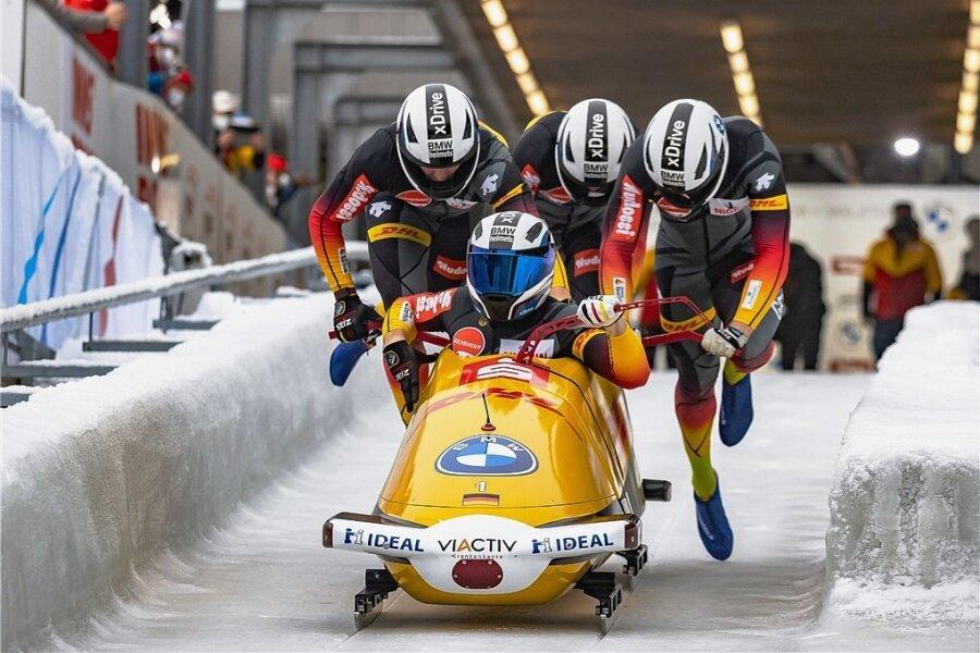 Thorsten Margis, Alexander Schüller und Candy Bauer bringen den Viererbob von Pilot Francesco Friedrich beim Weltcup in Innsbruck auf Tempo.