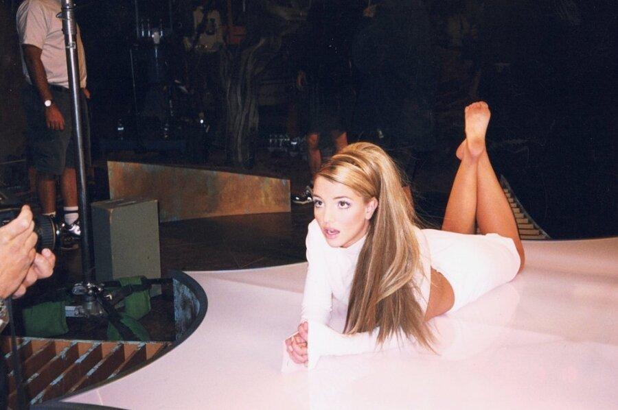 """Spiel mit den Medien: Szene der US-Doku """"Framing Britney Spears"""". Diese zeigt, wie ihr Vater die Vormundschaft zugesprochen bekam und seitdem nicht nur ihr Leben dominierte, sondern auch kräftig daran mitverdiente. Der Film ist bei Amazon Prime Video abrufbar."""