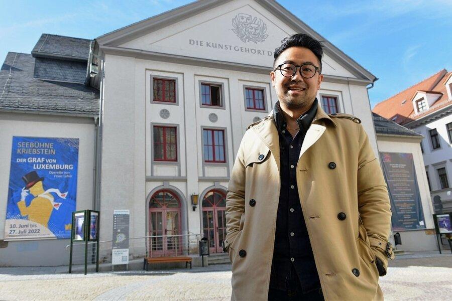 """Abschied vom Freiberger Theater: Elias Gyungseok Han ist ab Samstag noch in sechs Vorstellungen von """"Der Mantel"""" zu erleben."""