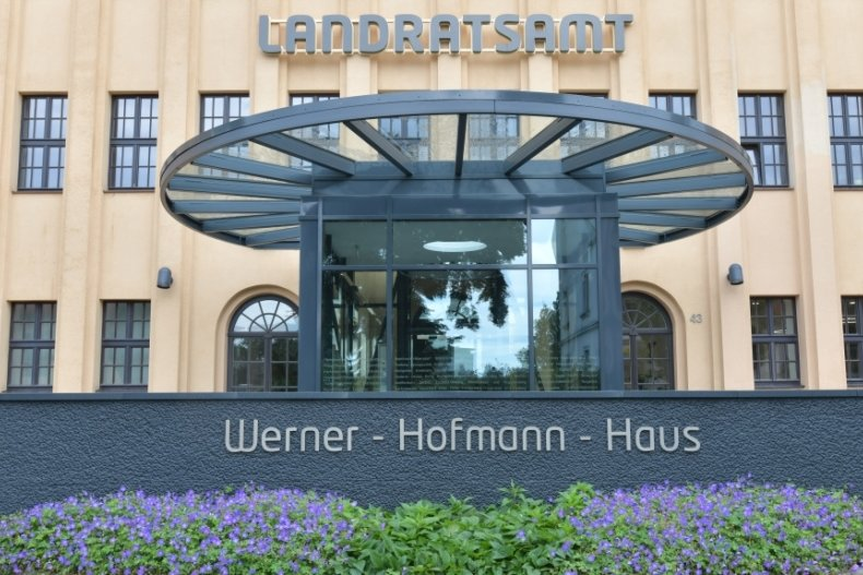 Mit Zuschüssen von Bund und Land ist unter anderem der Eingangsbereich des Hauptstandortes des Landratsamtes in Freiberg neu gestaltet worden.