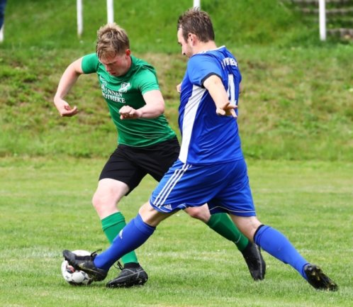 Alexander Beine (grün) und der BSV Eintracht Zschopautal haben die Tabellenführung verteidigt. Den bis dahin direkten Verfolger aus Deutschneudorf - im Bild Vivian Meyer - bezwang der BSV mit 2:0.