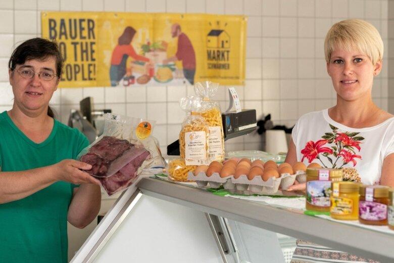 Ines Engel (l.), die den Hofladen für Chursdorfer Büffelspezialitäten mit eigener Käserei betreibt, hat Verstärkung bekommen. Die 33-jährige Sarah Grunert (r.) hat von ihr die Marktschwärmerei übernommen und knüpft auf der Online-Plattform Kontakte zwischen Kunden und regionalen Erzeugern.