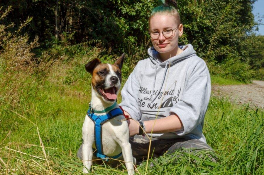 """Mischling Charly - hier mit Alina Seifert - ist ein agiler junger Hund. Er wartet im Tierheim """"Neu-Amerika"""" auf Familienanschluss - braucht aktive neue Besitzer, die gern draußen unterwegs sind."""