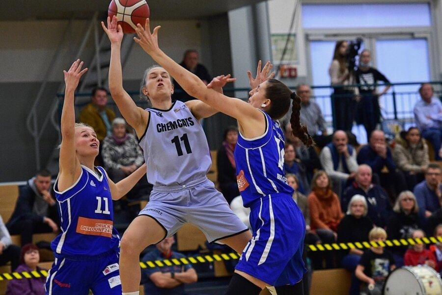 Im Spiel gegen Neuss versucht sich die Chemnitzerin Lucile Peroche (M.) gegen Leonie Schütter (r.) und Charlotta Ellenrieder durchzusetzen.