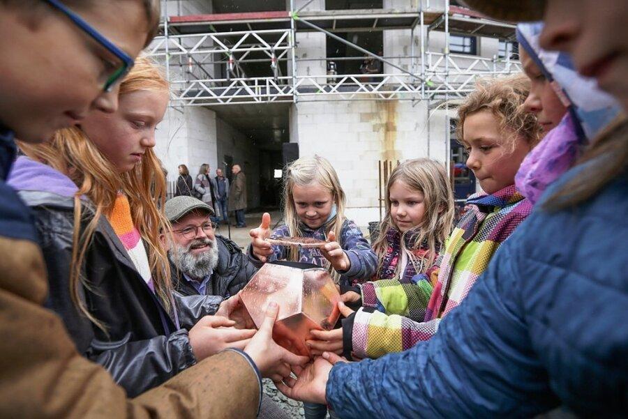 Christian Wolf, Geschäftsführer des Waldorfschulvereins, half Schülern der 3.und 4. Klasse für die Grundsteinlegung der Ideenwerkstatt eine Zeitkapsel mit Wünschen, Gebasteltem und Geld zu befüllen.
