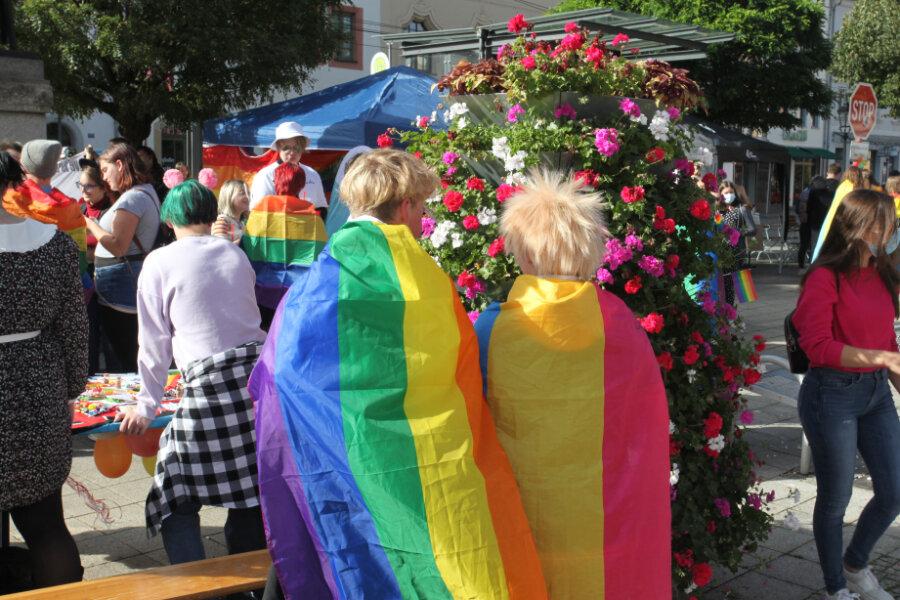 Viele CSD-Besucher waren mit Regenbogenfahnen auf den Ostspiegel des Hauptmarktes gekommen.