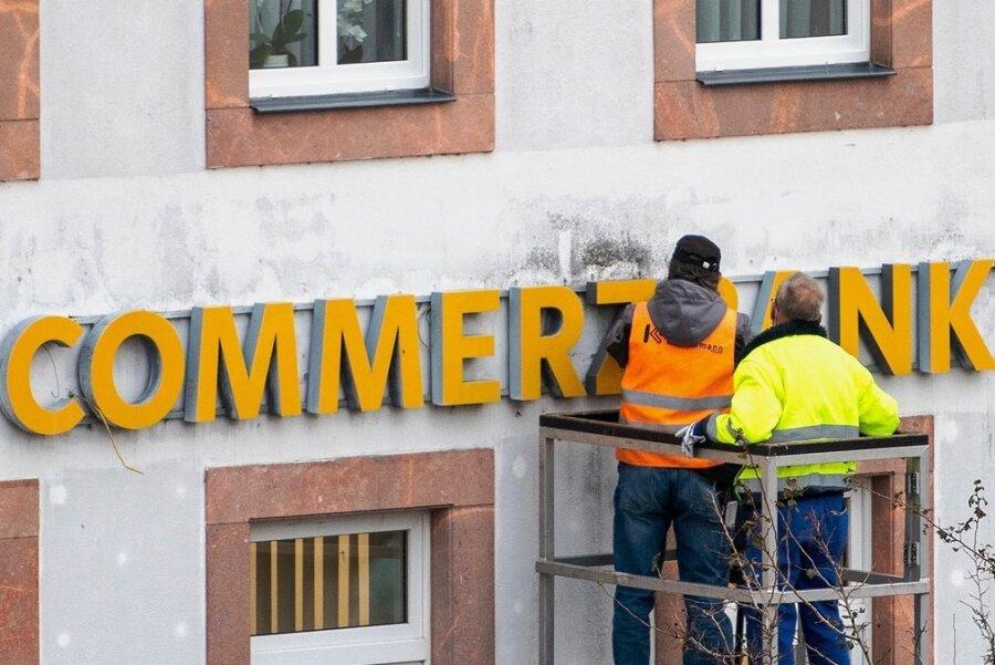 Die Commerzbank-Filiale am Rochlitzer Markt ist Geschichte. Am Mittwoch wurde der Schriftzug an der Hausfassade entfernt und die Filiale beräumt. Die Bank schließt weitere Standorte in Mittelsachsen.