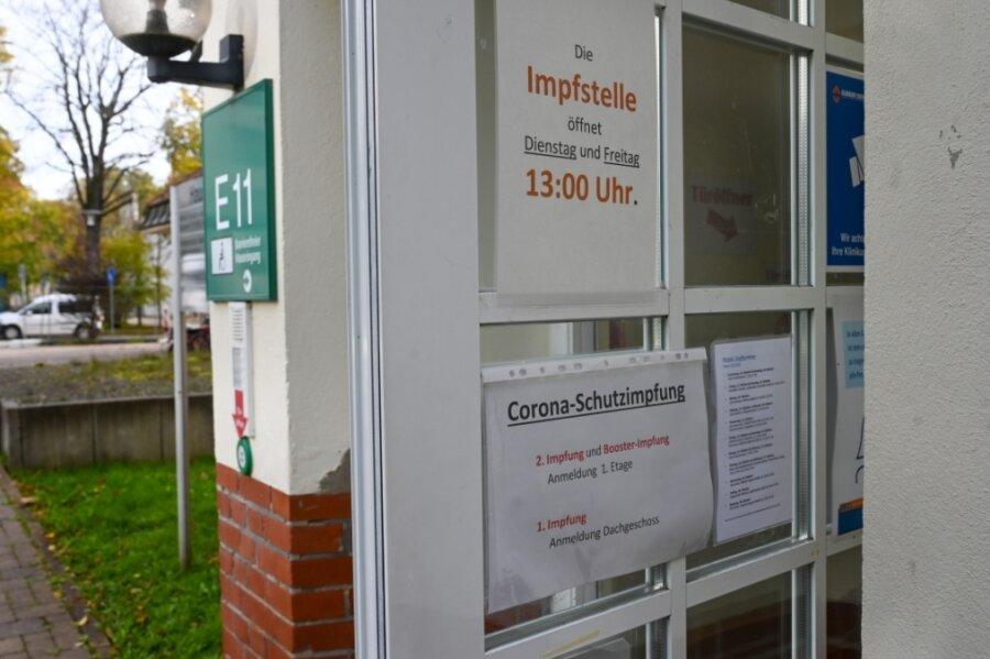 In der Impfstelle am Klinikum Chemnitz ließen sich zuletzt etwa 100 Menschen pro Öffnungstag (zwei Stunden) immunisieren. Nun wird über eine Ausweitung der Öffnungszeiten nachgedacht.