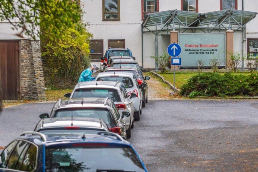 Warten auf den Test - Corona-Testambulanz des Krankenhauses Stollberg in der Jahnsdorfer Straße 2 in Stollberg.