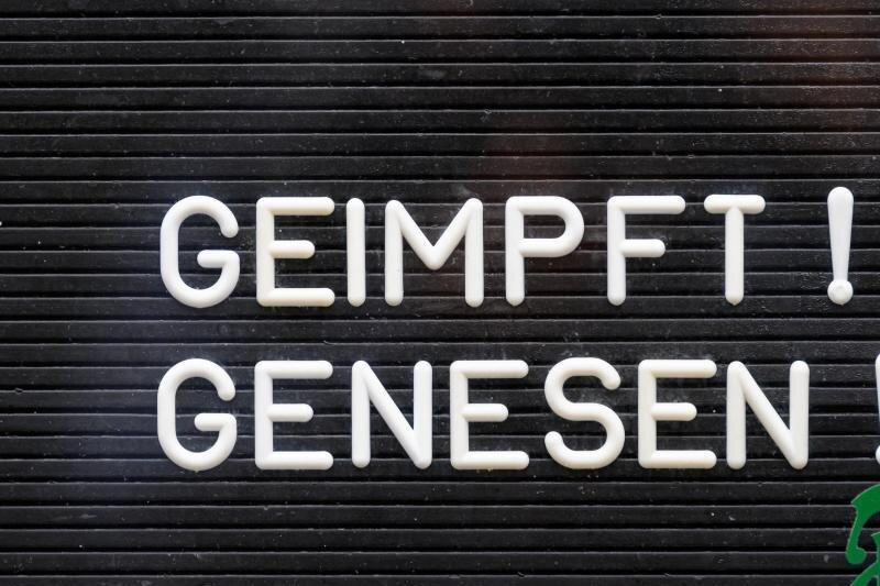 «Geimpft! Genesen!» steht auf einem Schild an einer Bar.