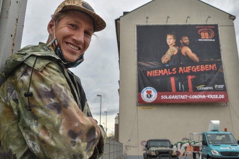 Malte Ziegenhagen vor der Mut machenden Botschaft an der Augustusburger Straße.