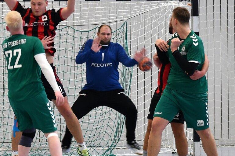 Die Mittweidaer Bezirksliga Handballer, hier mit Torwart Erik Scheffler (M.) im Spiel gegen die HSG Freiberg III, haben ihre zweite Saisonniederlage einstecken müssen. Nun wartet am kommenden Wochenende eine Doppelbelastung in den Pokalwettbewerben.