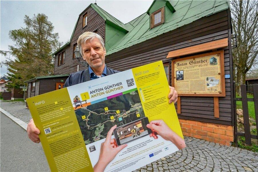 """Bürgermeister Jan Horník lädt ein zum Treffen mit Anton Günther vor dessen einstigem Wohnhaus. """"Erweiterte Realität"""" auf dem Smartphone macht's möglich."""