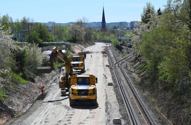 In der Nähe des Süd-Bahnhofes haben die Bauarbeiten für den Trassenabschnitt zwischen dem Gleisstumpf an der Haltestelle Technopark an der Fraunhoferstraße und der Eisenbahnbrücke über die Werner-Seelenbinder-Straße begonnen. Das Teilstück wird zweigleisig ausgebaut.