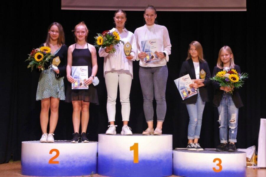 """Lena Hausherr (3. von links) und Alisa Pester (3. von rechts) nahmen die Auszeichnung als """"Mannschaft des Jahres 2020"""" für die Handballerinnen des BSV Sachsen Zwickau entgegen. Pro Team waren zwei Vertreter eingeladen."""