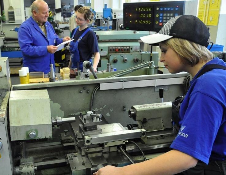 """<p class=""""artikelinhalt"""">Viele Unternehmen wünschen sich mehr Mädchen in technischen Berufen. Die Saxonia-Bildung Halsbrücke bildet Melanie Stangl für die Deutsche Solar zur Verfahrensmechanikerin aus. </p>"""