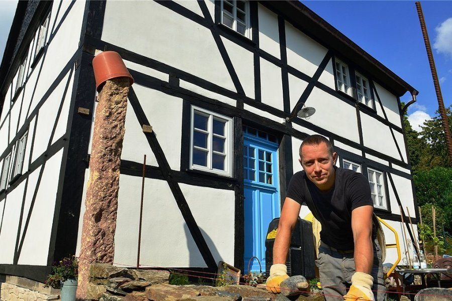 September 2021: Tony Wagner vor dem Fachwerkhaus am Rahmenberg in Hainichen. Derzeit arbeitet er noch an einer Bruchsteinmauer. Für die Sanierung gab es nun den Denkmalpreis des Landkreises.