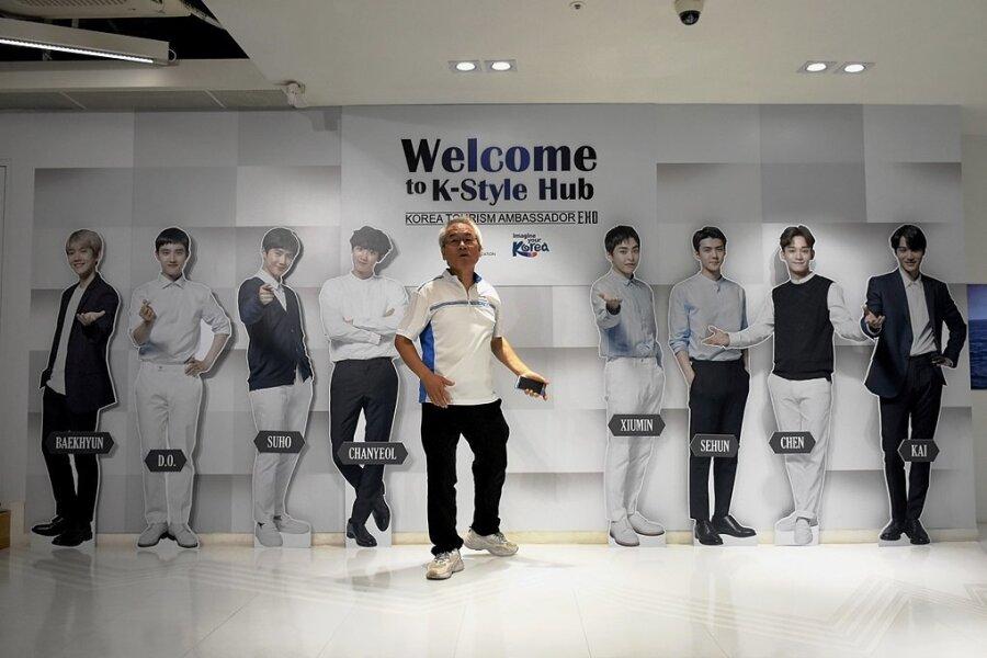 Die K-Pop-Band EXO wirbt für Südkorea. Der Herr in der Mitte ist Reiseleiter Charlie.