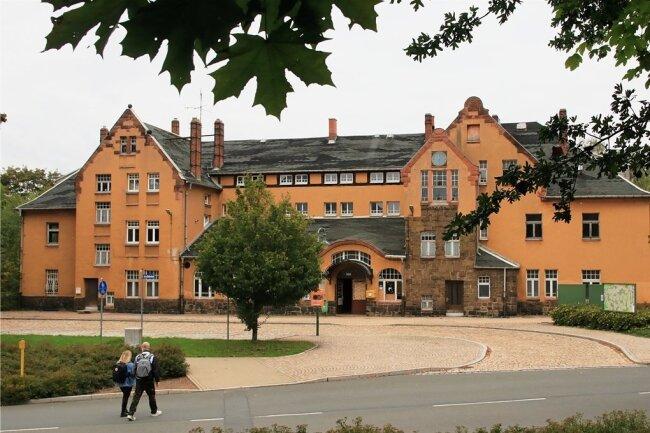 Außen hui! Die Fassade des unter Denkmalschutz stehenden Bahnhofsgebäudes in Lengenfeld sieht durchaus stattlich und schön aus.