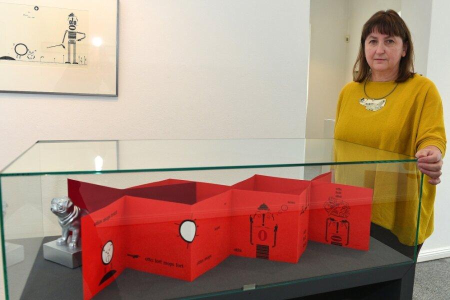 """Birgit Reichert zeigt aktuelle Arbeiten in der Ausstellung """"Zweidrittel"""" im Gellert-Museum Hainichen. Frisch gebunden ist ihr Leporello (Faltbuch) zu Ernst Jandls """"Ottos Mops"""", das ihren buchgestalterischen Witz beweist."""