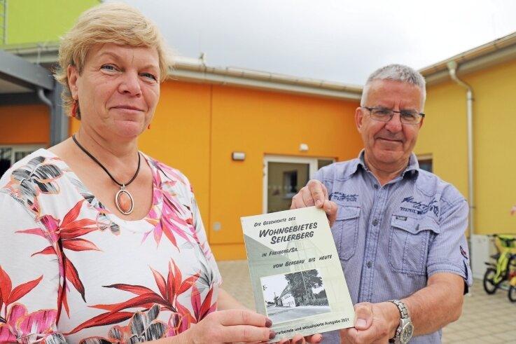 Cornelia Riedel und Andreas Oppelt vom Verein Lichtpunkt präsentieren die Neuauflage der Seilerberg-Chronik.