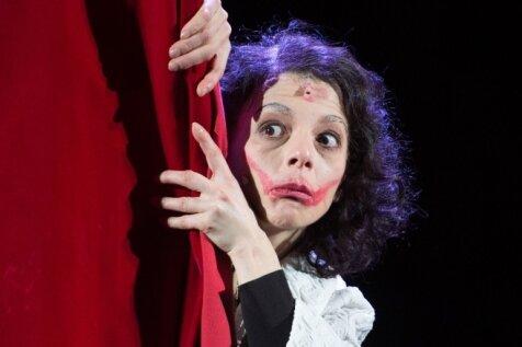 Edith Piaf, gespielt von Vasiliki Roussi.