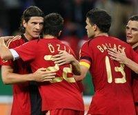 Mario Gomez (l.) und Mesut Özil (2.v.l.) waren die Matchwinner beim Sieg der deutschen Mannschaft