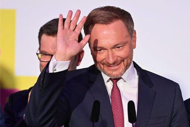 FDP-Chef Christian Lindner auf der Wahlpartei seiner zufriedenen Liberalen.