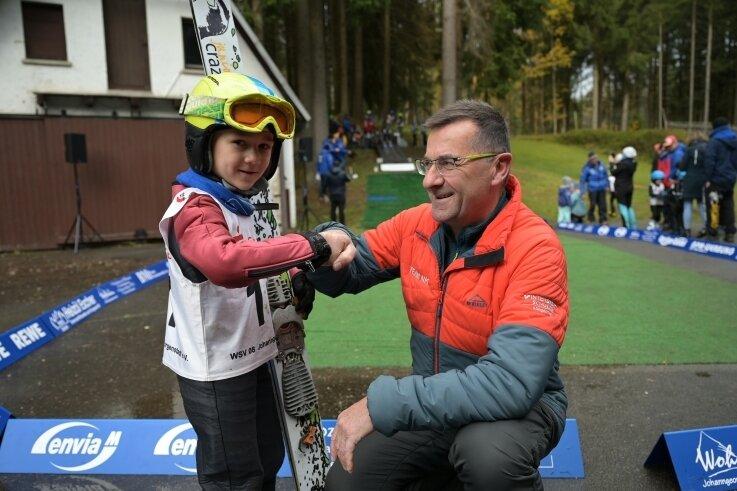 David Götzel vom VSC Klingenthal freut sich mit Regionaltrainer Bernd Glaß über seinen Sieg in Johanngeorgenstadt.