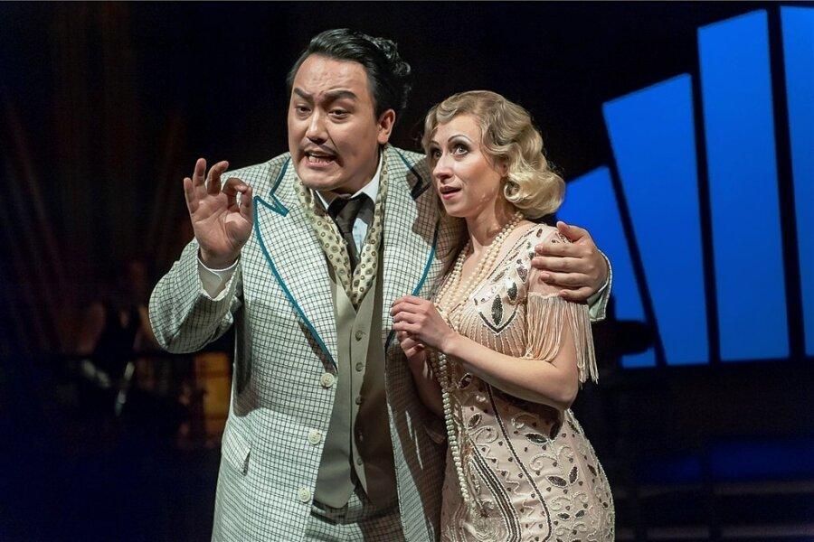 """Dem Komponisten Alfred Moll (Wonjong Lee) und seiner Braut Ida (Nataliia Ulasevych) gelingt es in der Operette """"Der Musikfeind"""", die Titelfigur, Idas Onkel, durch die richtigen Töne davon zu überzeugen, dass die geplante Heirat seiner Nichte mit dem Tonsetzer eine gute Idee ist."""