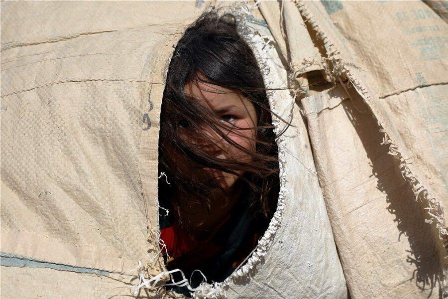 Tausende Menschen wie dieses nun in einem Zelt lebende Mädchen sind aus dem Norden Afghanistans geflüchtet - aus Angst vor den Taliban.